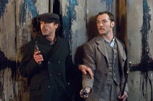 Sherlock Holmes (Robert Downey jr., left) and Doctor Watson (Jude Law, right) on the hunt for criminals.