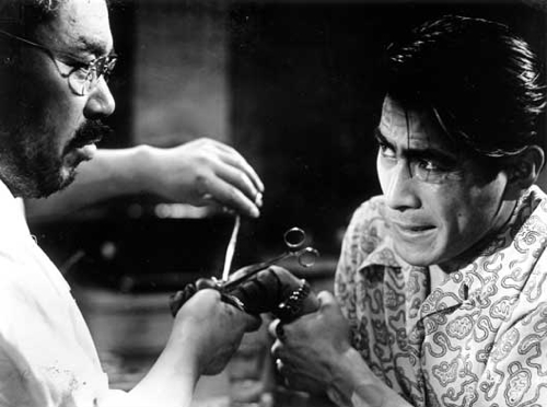Sanada (Takashi Shimura, left) treats Matsanuga (Toshirô Mifune, right).